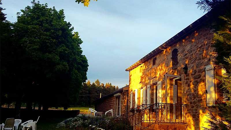 couché de soleil sur la facade de l'hotel romantique d'ardeche dans le domaine de rilhac.